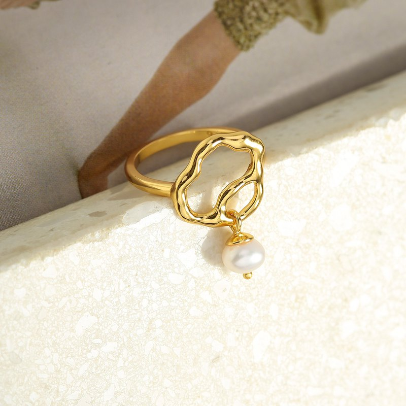 Surface geometry streamlined pearl ring