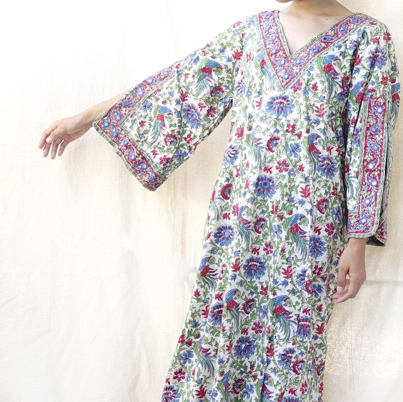 BajuTua / Vintage / 70's Hippie Yipak Pakistani Hand-Grafted Embroidered One-Piece Dress