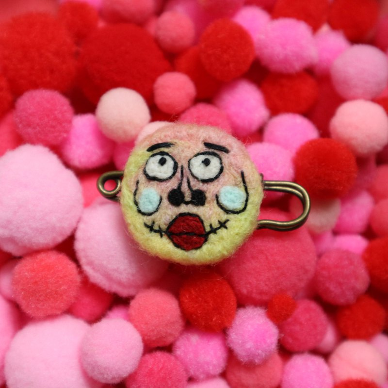 Eye round face is also round and round color ugly brooch