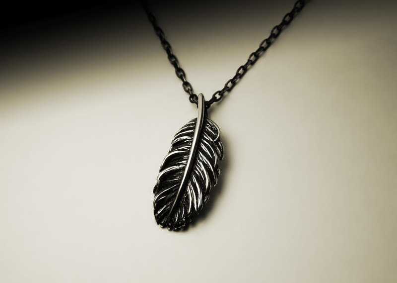 Small feather silver necklace