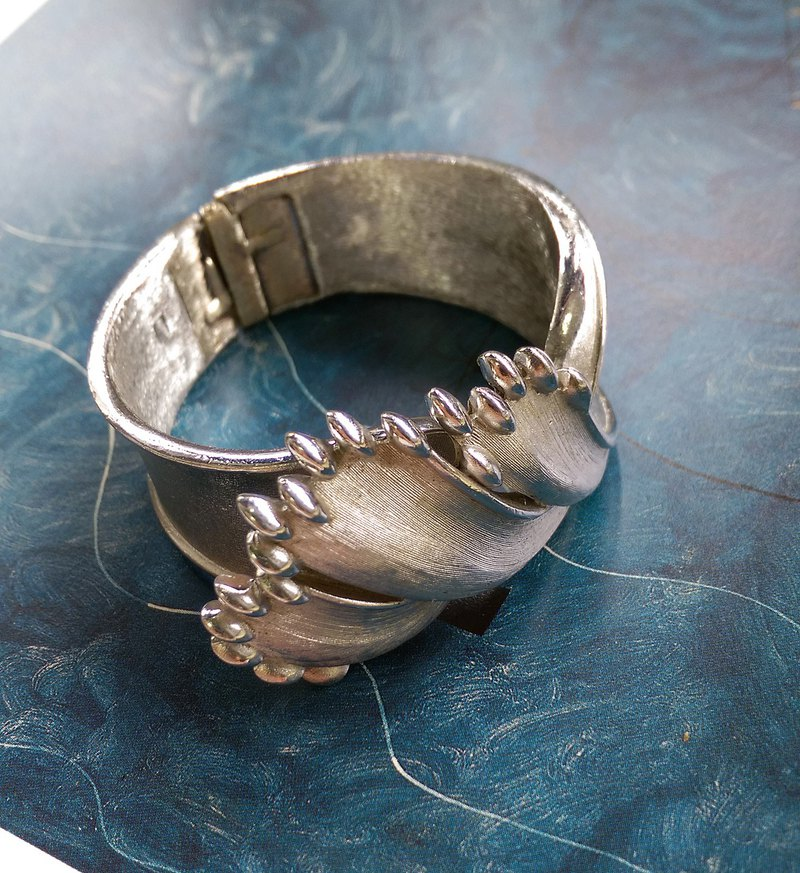 [Western antique jewelry / old age] TRIFARI silver brush pattern wide version of the leaf bracelet
