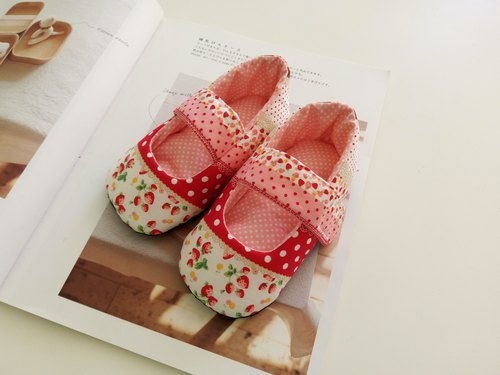 Small strawberry birthday baby shoes 13/14