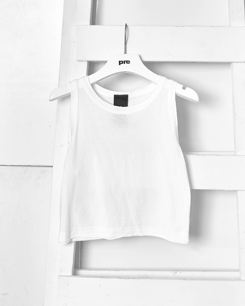 Plain non-trimmed short cut shoulder top