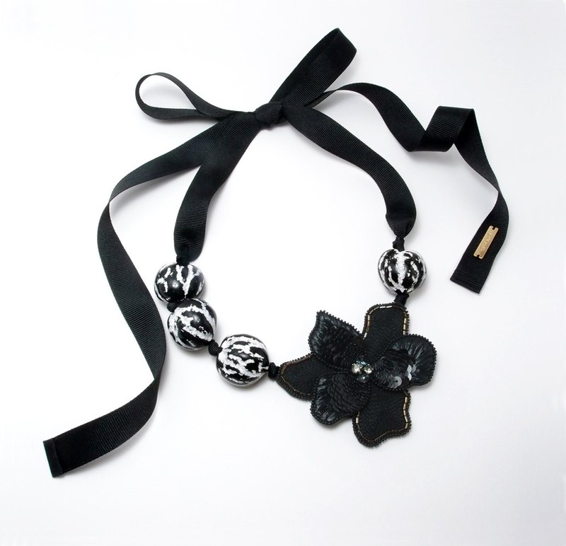 Flower Embroidery Necklace / Black