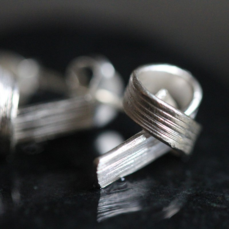 Handmade silver knot stud earrings with streaks (E0170)