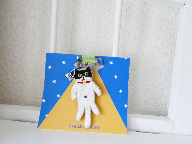 Embroidery brooch bicolor cat and UFO