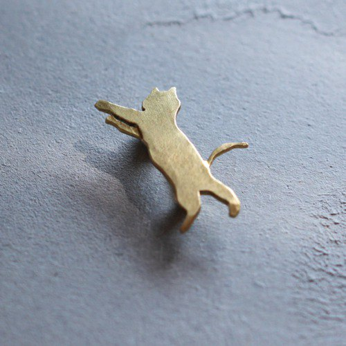 Jumping cat brooch B024