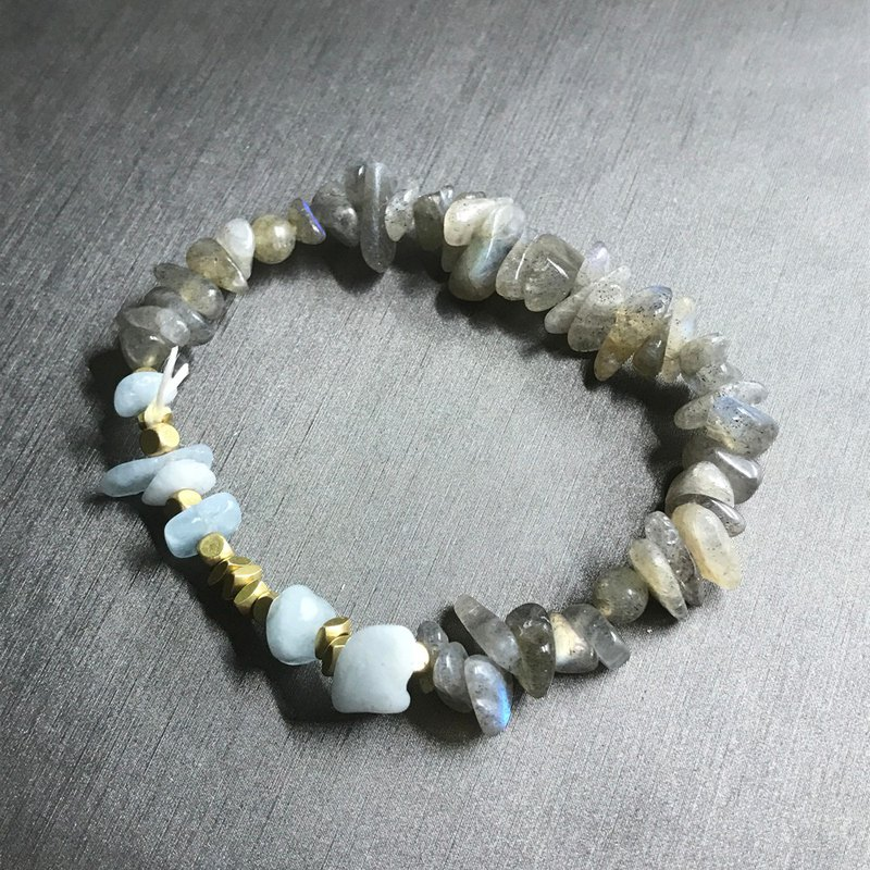 Irregularly drawn stone sea sapphire brass bracelet