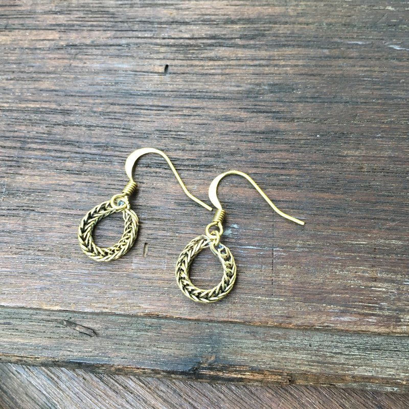 BZ 151: looped brass chain hook earrings.