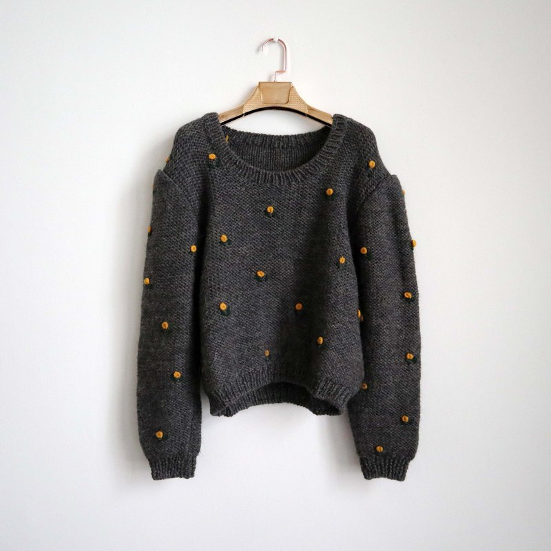 Pumpkin Vintage. Ancient gray three-dimensional flower pullover sweater