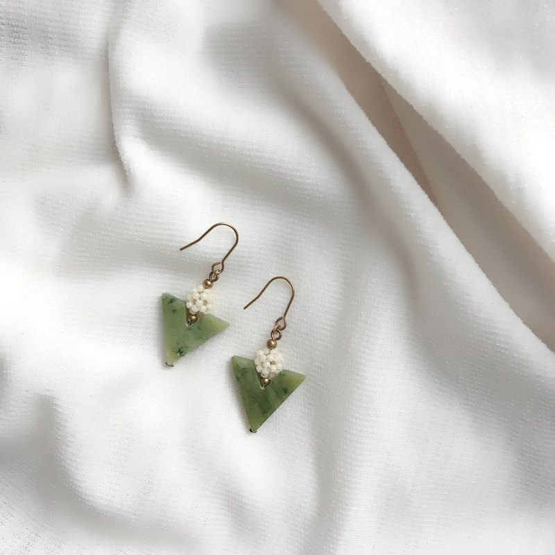 // VÉNUS - - - 萃 - Olive Jade Glass Bead Earrings Ear Clips // ve202