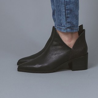 Blossom empty structure with rough leather pointed boots black
