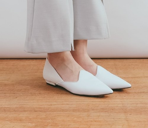 Corner design pointed leather flat shoes white