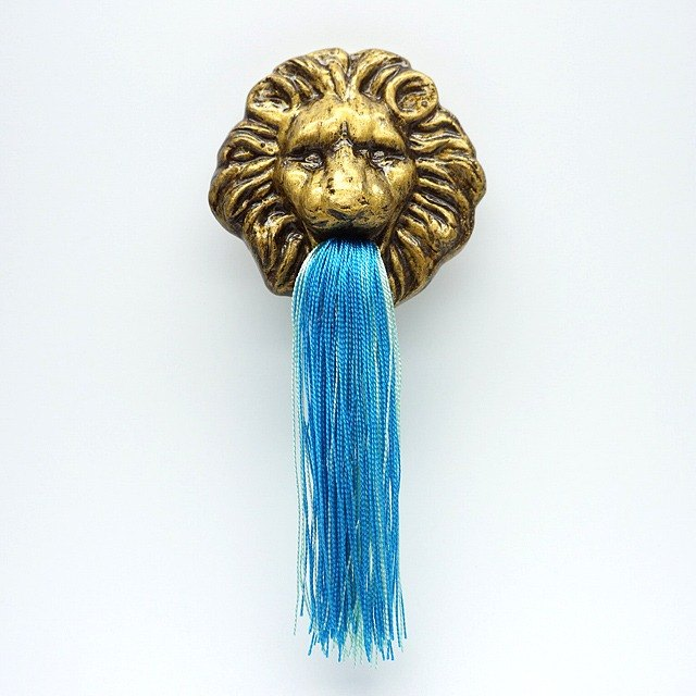 Fountain lion broach (Gold)