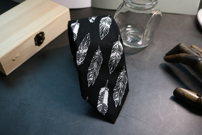 Elegant black feather collar with a gentlemanly tie bolotie
