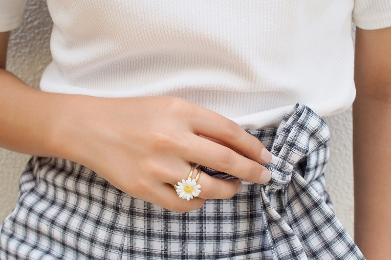 Daisy Ring, White Flower Ring, Daisy, Hand-painted Enamel Jewellery