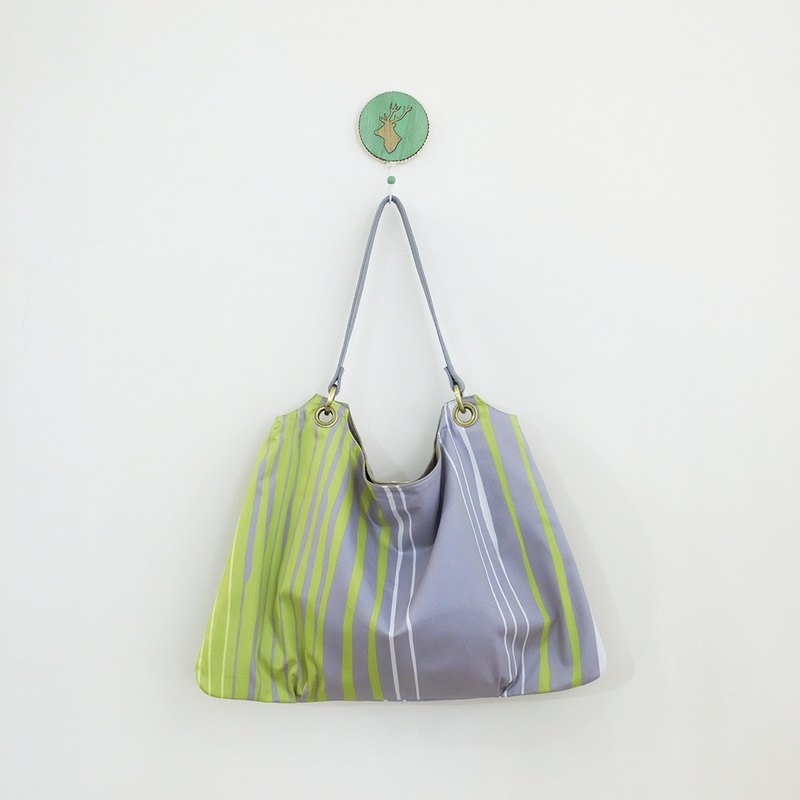 Green water trapezoidal air feeling pleated bag leather leather to turn the surface for color green grass green + gray