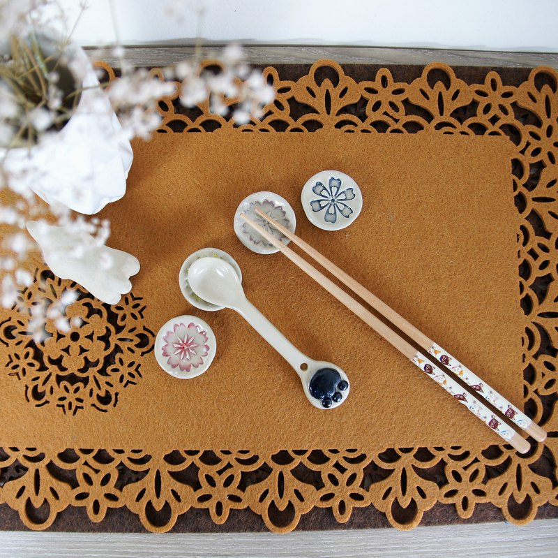 Embossed modeling chopsticks holder