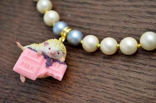 Hedgehog eat strawberry chocolate shell pearl necklace gilded necklace