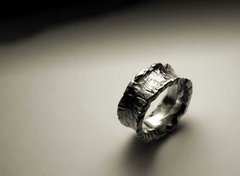 Indented irregular edge texture ring