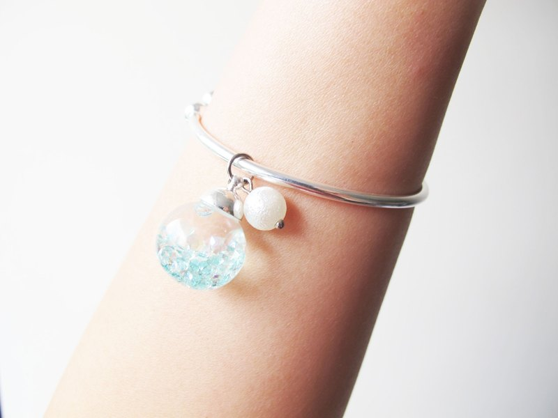 * Rosy Garden * Peppermint green crystals water inside snow flakes globe glass ball sterling silver bangle