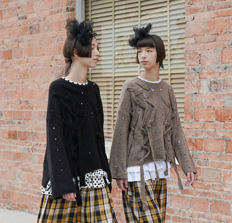 Lace-up sweater in two colors - imakokoni