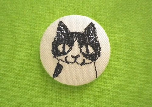 cat face embroidered brooch (mask-and-mantle)