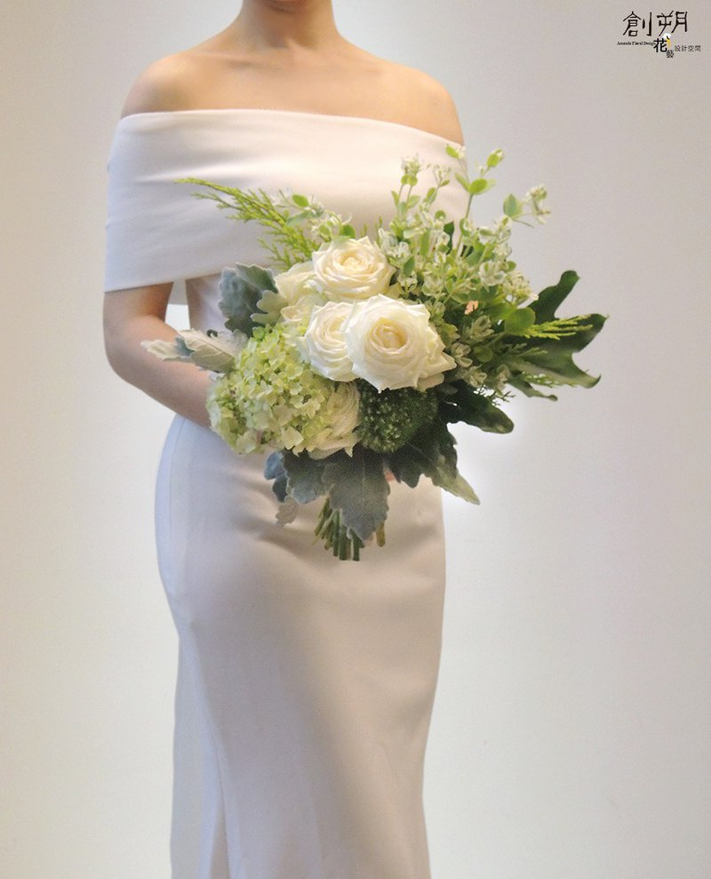 Fresh white and green bunches of bouquets, bouquets of flowers, wedding bouquets, wedding photos, wedding bouquets