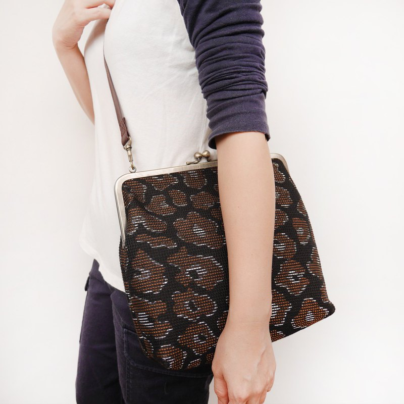 Weng Mahuahua 25CM large capacity shoulder bag / mobile phone bag / mouth gold bag [made in Taiwan]