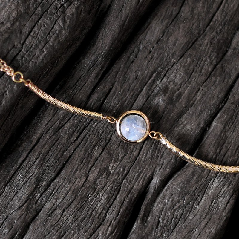 Light trails. Natural mineral bracelet top white moonstone 18K gold-plated copper accessories noble and restrained