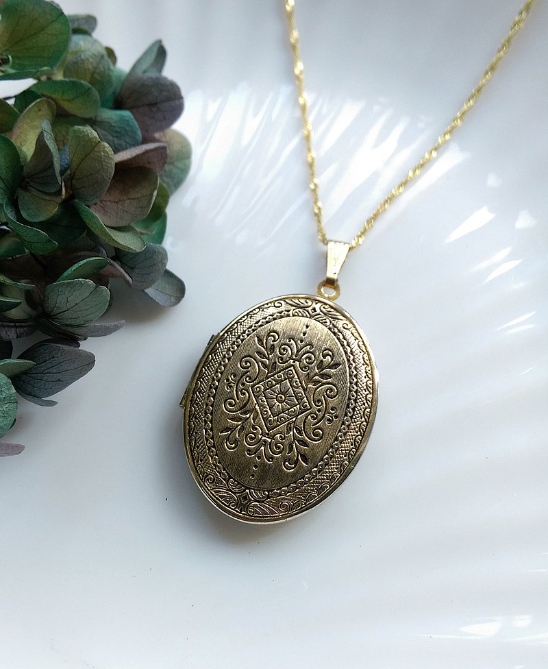 Western antique jewelry. Locket Reversible Oval Engraved Photo Pendant Necklace