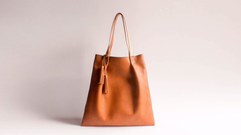 HUANGS 艸 一 田 人 European cowhide hand-stitched pleated tote with tassels