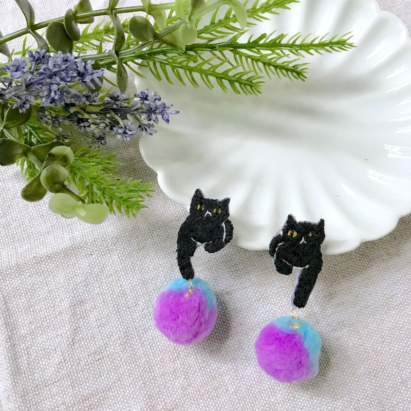 Handmade embroidery // Cat and hair ball earrings / black cat / / single / / can be changed clip