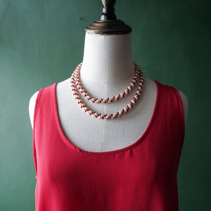 [Antique jewelry / Western old] VINTAGE red and white pearl twisted plastic beaded vintage necklace