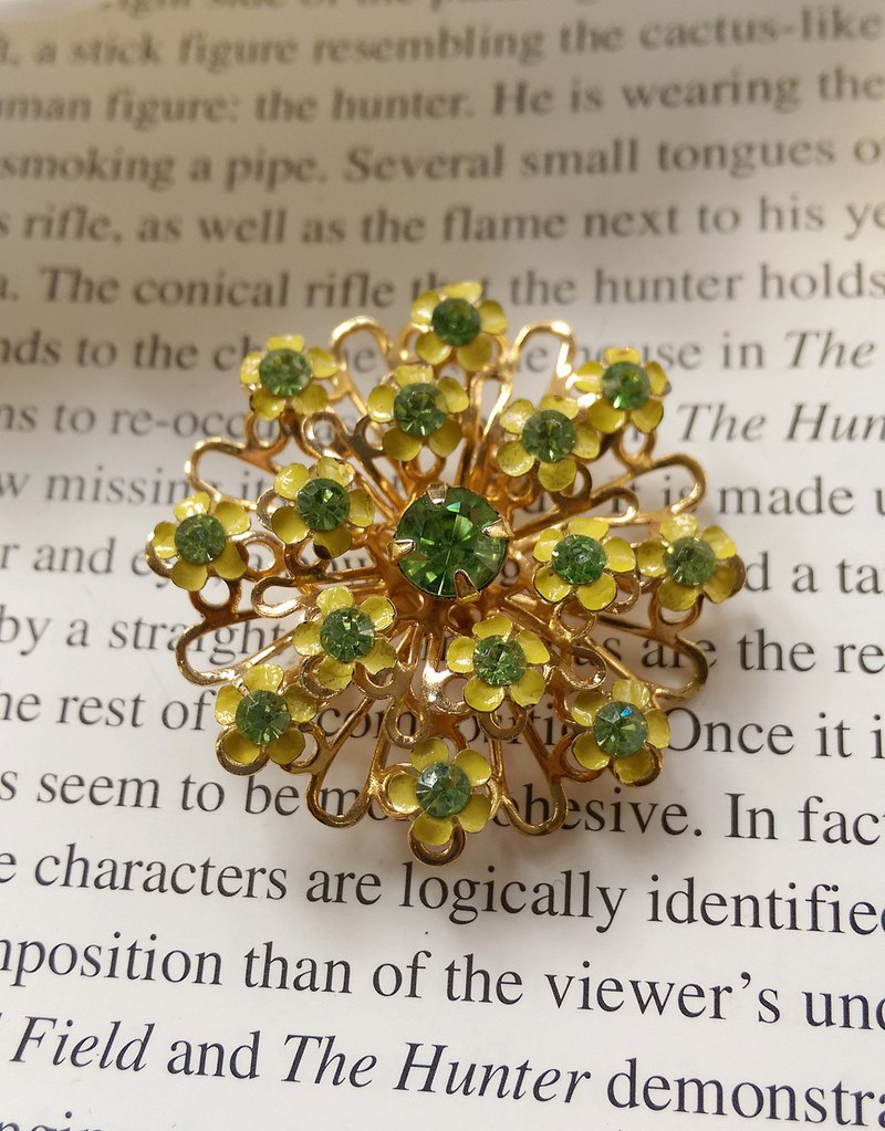 Western antique jewelry. Three-dimensional small yellow flower cluster pin
