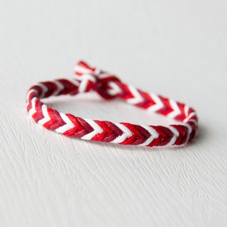 From shallow to deep - fine gradient red / hand-woven bracelet