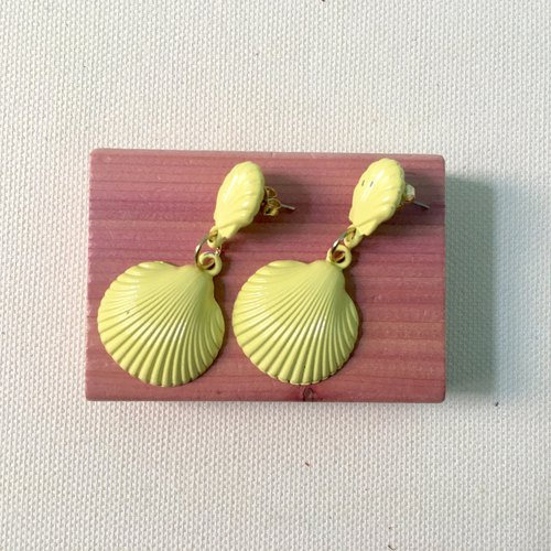 Antique small things / pink shellfish pin earrings