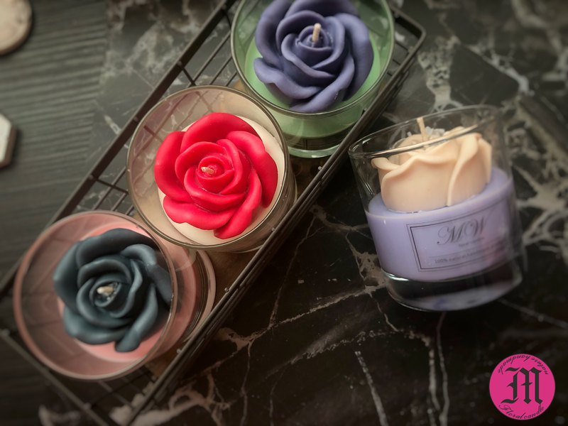 Blooming rose scented candle