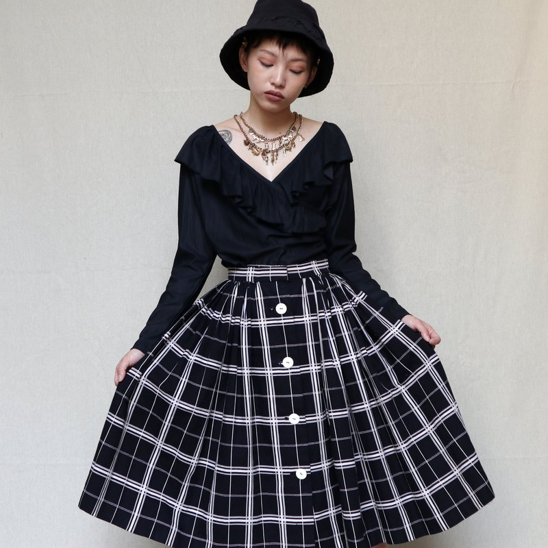 Pumpkin Vintage. Ancient black plaid buckled round skirt