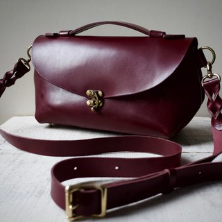 Tochigi Leather Nume leather shoulder pouch fave L Marsala