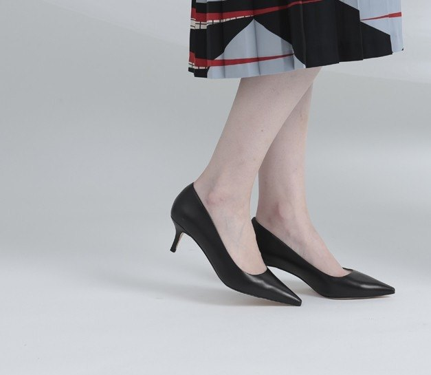 Simple and elegant flat tip fine low heels black