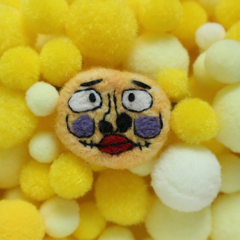 Face too clown-like wool blanket brooch
