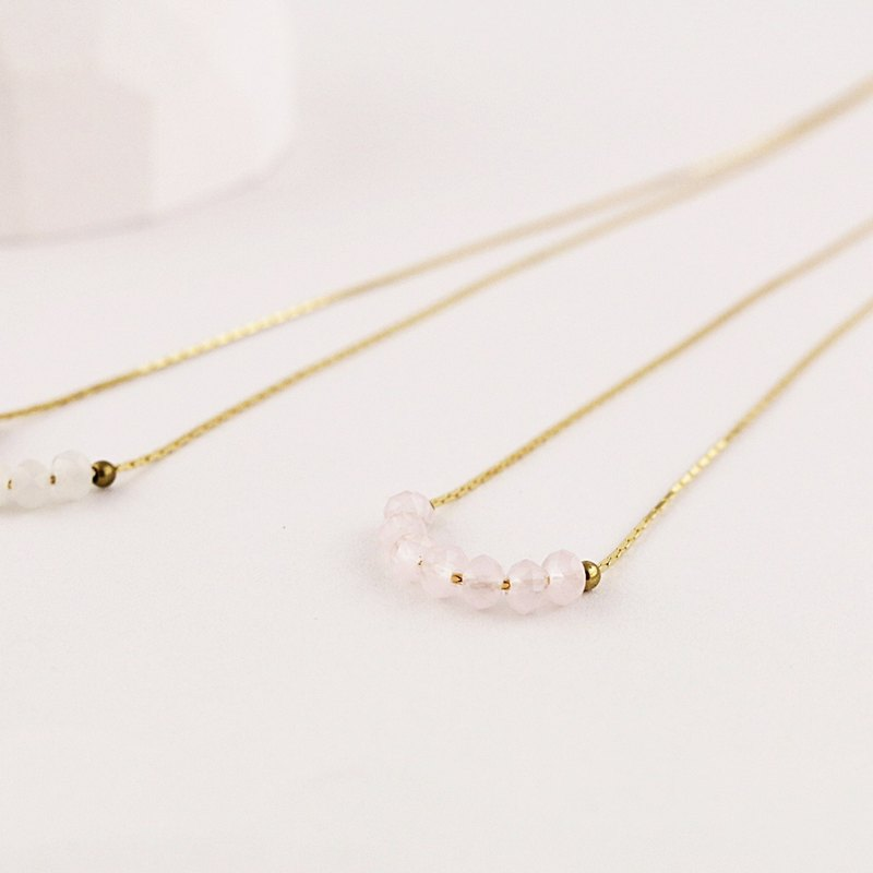 // Glass crystal temperament short chain light pink