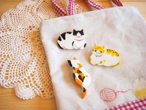Off hand in hand cat / cat back pin / brooch