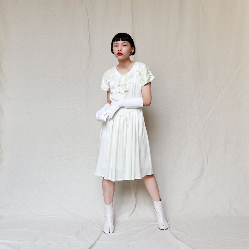 Pumpkin Vintage. Ancient white elegant bow tie round dress