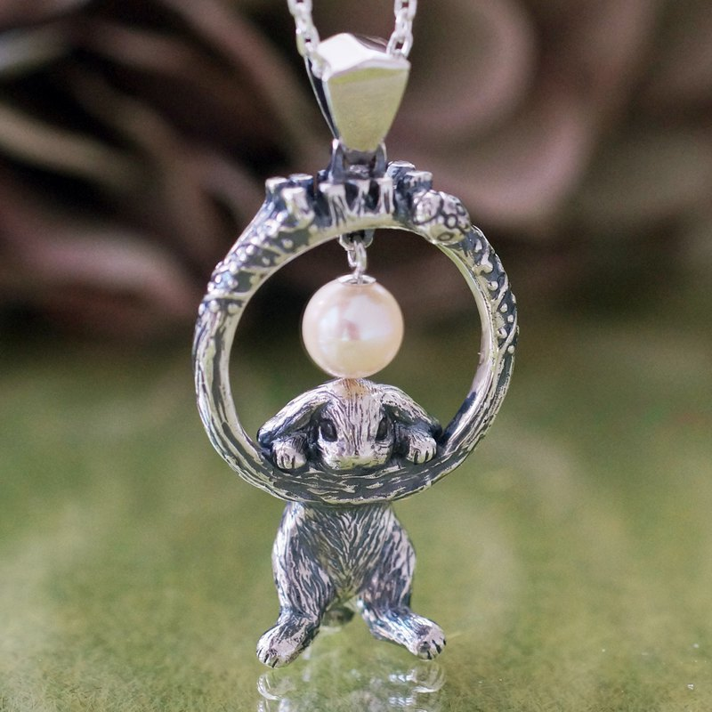 Rop year and flickering pearl pendant
