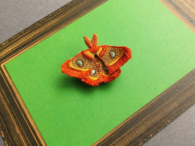 ARRO / Embroidery brooch / moth / tan