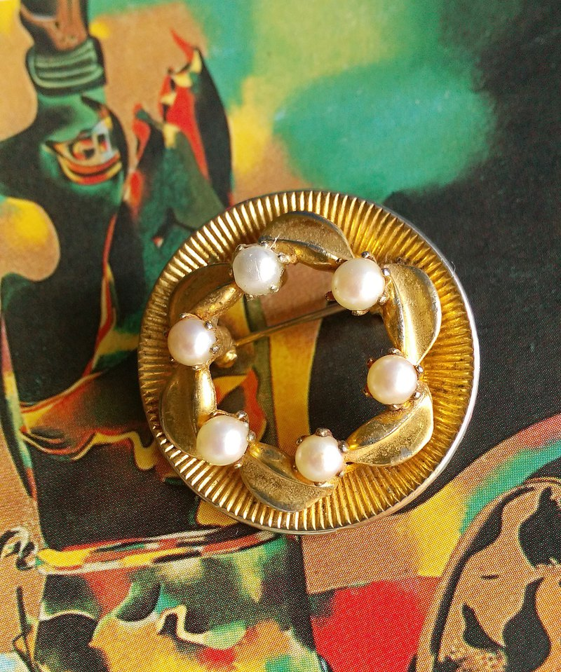 Western antique jewelry. Metallic three-dimensional pearl ring pin