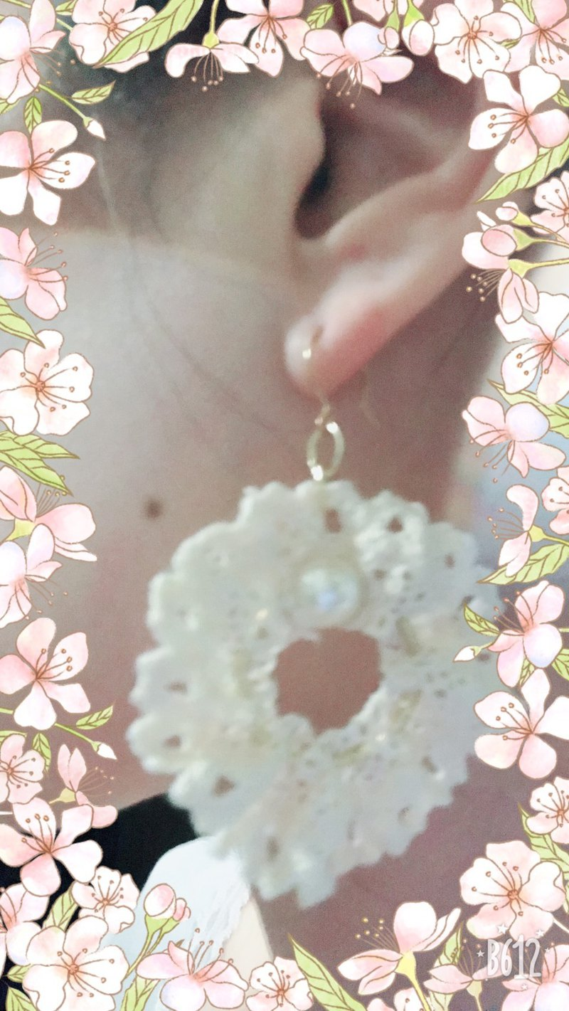 Val.F earrings. Ear hook type. Lace. pearl. Single ear.
