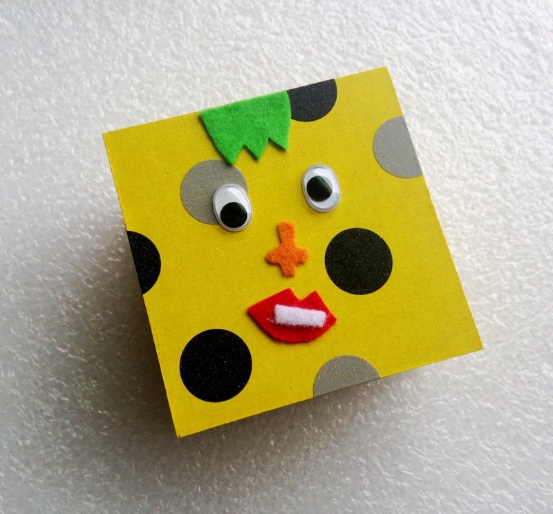 Oblique mouth crooked eye square gift box (yellow subscript area)